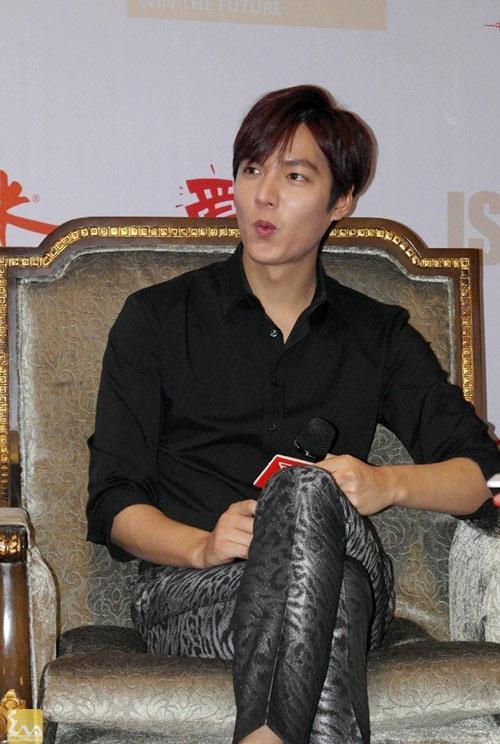 1395820000 leeminho langsao eva 5 1 Lee Min Ho điệu đà trong buổi họp báo