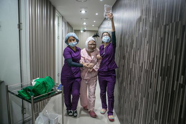 sang han quoc tham my 2 Phụ nữ Trung Quốc đổ sang Hàn Quốc phẫu thuật thẩm mỹ